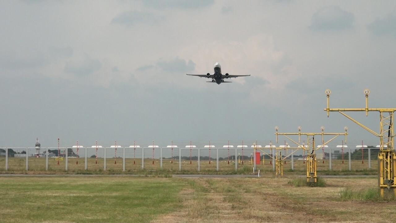 Ijzeren plaat vliegt lucht in door overvliegend vliegtuig