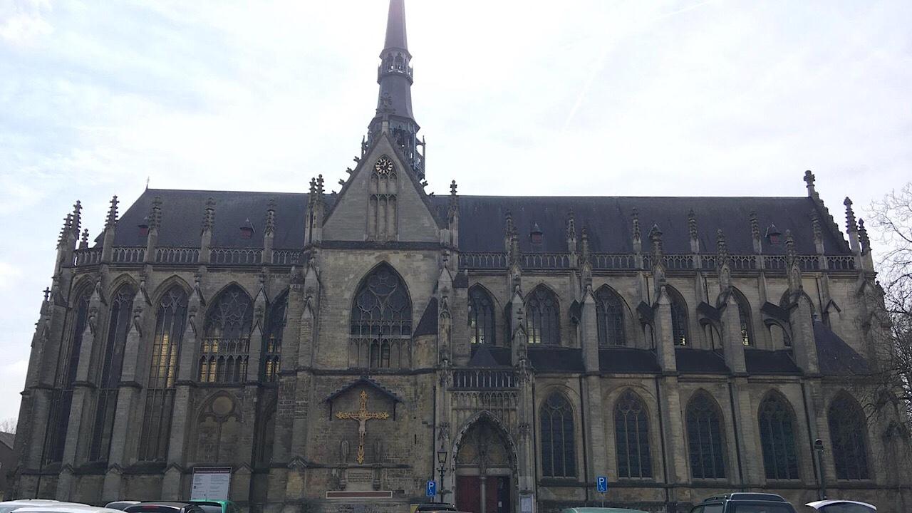 Bisschop brengt bezoek aan Meerssen