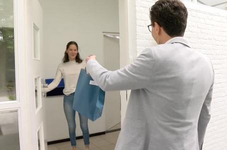 Geslaagden ontvangen docent aan de deur