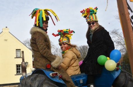 Carnaval met de trekker of in de voortuin