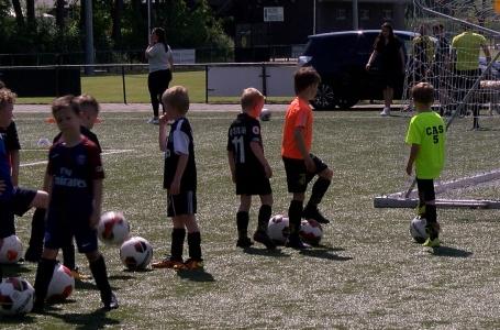 Eerste elftal spelers geven jeugd les