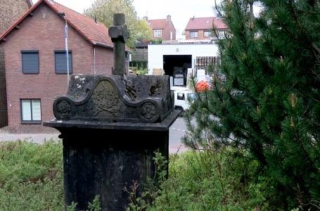 De verborgen grafkelder naast de kerk in Ulestraten