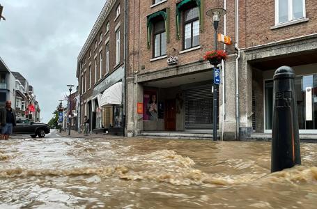 Wateroverlast: centrum onder water door gescheurd bassin, geen treinen