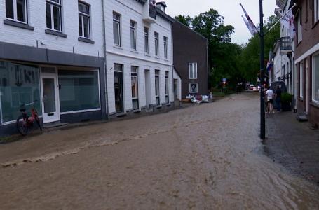 Bewoners proberen water buiten de deur te houden