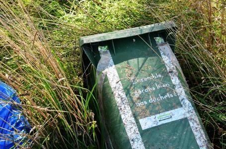 Afval opruimen langs de maas
