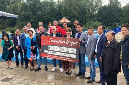Zwembad Meerssen krijgt ruim 13.000 euro van Algemene Chinese Vereniging Limburg
